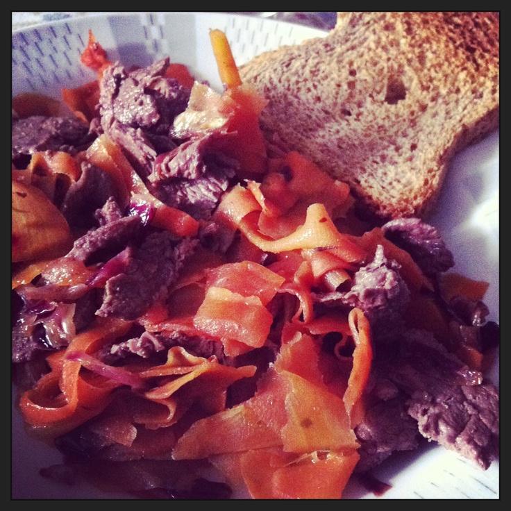 Carote,bistecca ai ferri e fetta biscottata integrale un pranzo sano e soddisfacente...