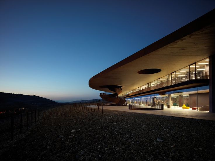 Cantina Antinori – the new winery and head office building located in Bargino, Italy – an underground project that adds to the typical landscape of Chianti. Extra clear Pilkington Optiwhite™ in toughened or laminated version (with low-e coating) was used all over the place to provide high light transmittance, safety and thermal insulation.