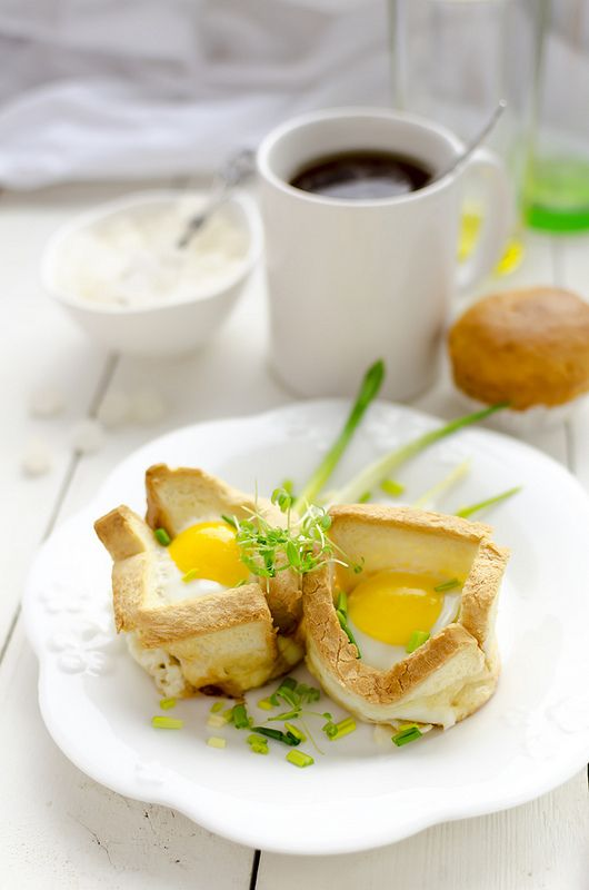 В диковинку - Завтрак: яйца, запеченные в тостах, с черемшой.