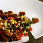 Panzanella salát //pečivo, olivový olej, kukuřice, černé fazole, červená paprika, jarní cibulka, červená cibule, koriandr - listy, limetka, champagne ocet//
