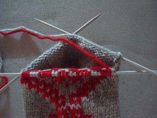 Tålamodspåsen: Hur man stickar intarsia runt.  How to knit intarsia in a round