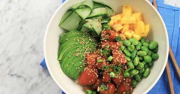 Poké bowl med lax, avokado och mango