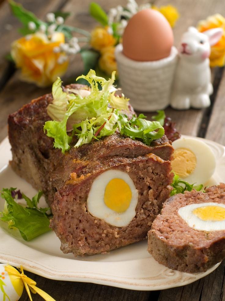 Pieczeń rzymska. Składniki: 1kg mięsa mielonego wołowo-wieprzowego, 2 jajka, 3 łyżki bułki tartej, 1 łyżka mąki, 4 ząbki czosnku, majeranek, sól, pieprz, 5 jajek na twardo, 1 łyżka oleju, sos chrzanowy. Wykonanie: do mięsa wybić jajka, dodać bułkę tartą, mąkę i wyciśnięty przez praskę czosnek. Doprawić solą, pieprzem, majerankiem i wyrobić. Do foremki wyłożyć 1/2 masy, delikatnie wcisnąć ugotowane jajka, przykryć pozostałą masą i uklepać. Wierzch natłuścić olejem. Piec w 180°C przez ok. 45…