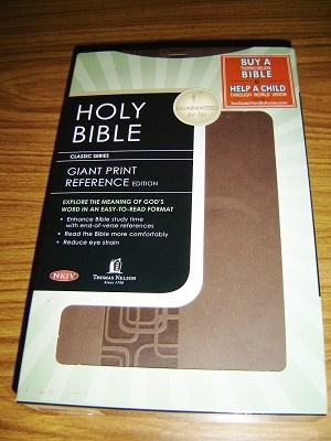 NKJV Holy Bible Giant Print Reference Edition / Reduce Eye Strain 11 pt. / Golden Edges, Thumb Index
