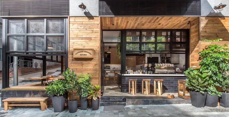 ブランドの新しいコーヒーショップは、最近香港にオープンした、と彼らはDHASは暖かい素材を使用して、屋内・屋外の関与を強調することによって、このコーナーサイトや近所の文字を変えてきました。