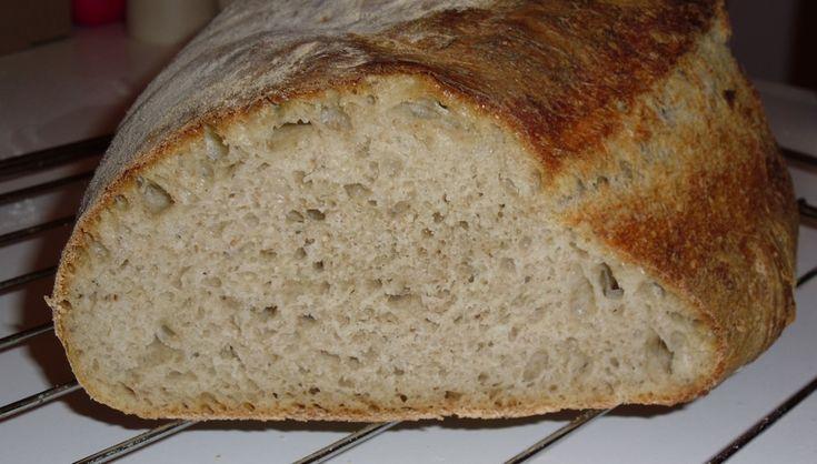 Prosty chleb w stylu wiejskim, pachnący i smaczny. Nie wymaga pracochłonnego robienia tradycyjnego zakwasu. Ma chrupiącą skórkę. Przepis pochodzi od duńskiego kucharza nazwiskiem Bo Bech, ukazał si...