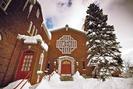 À Sherbrooke, ce n'est plus un parfum d'encens, mais une odeur de muscles qui accueille les habitués de l'ancienne église Christ-Roi. Depuis avril 2008, l'édifice en brique rouge surmonté d'une croix a été transformé en centre d'escalade.