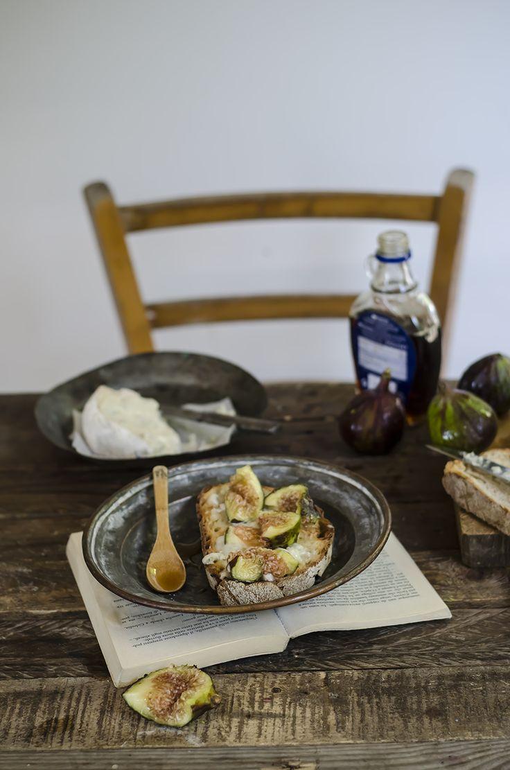 Gorgonzola, figs, maple syrup bruschetta/ Bruschetta con gorgonzola, fichi e sciroppo d'acero