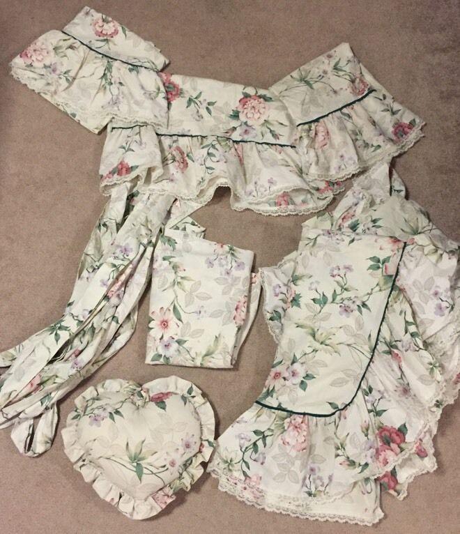 BILL BLASS USA VINTAGE SPRINGMAID FLORAL Pattern Curtains, Sheet & Heart Pillow