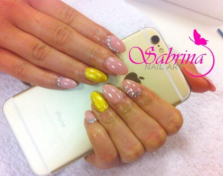 Gold nails: in combinatie cu rozul denota eleganta, prospetime si tinerete