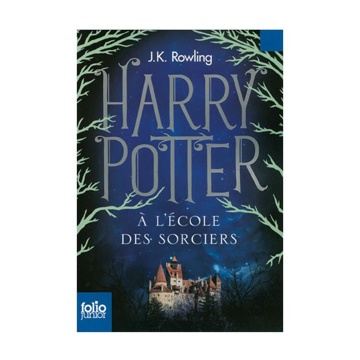 Le jour de ses onze ans, Harry Potter, un orphelin élevé par un oncle et une tante qui le détestent, voit son existence bouleversée. Un géant vient le chercher pour l'emmener à Poudlard, une école de sorcellerie ! Voler en balai, jeter des sorts, combatte les trolls : Harry Potter se révèle être un sorcier doué. Mais un mystère entoure sa naissance et l'effroyable V..., le mage dont personne n'ose prononcer le nom.