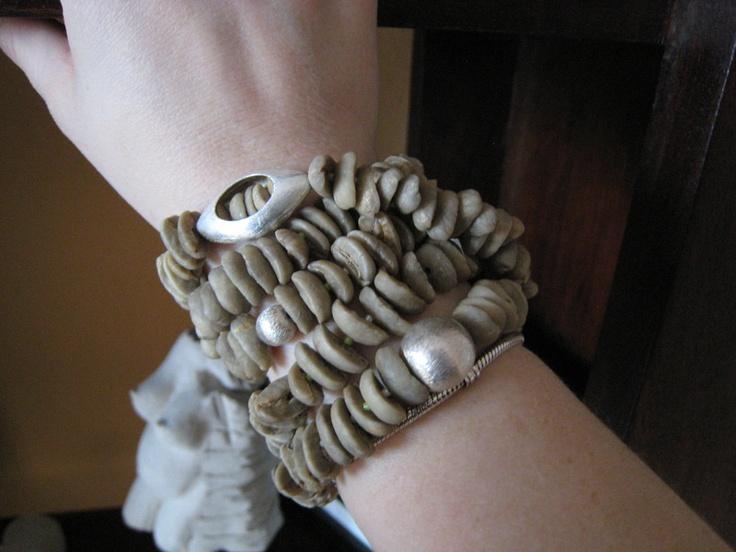 Dieses Armband ist ein wahres Unikat. Für die Herstellung des Armbandes verwende ich grüne Kaffeebohnen aus unterschiedlichen Ländern. Die Kaffeebo...