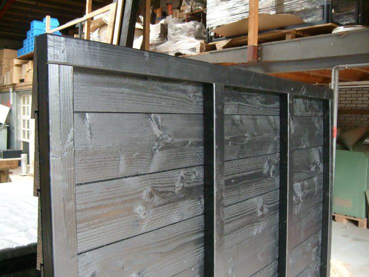 Zwarte gespoten schuttingen - Welles hout