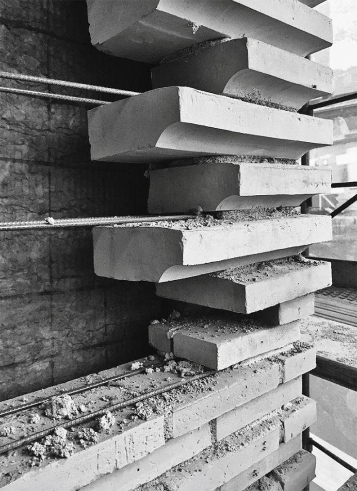 Eine anderthalb Steine dicke, selbsttragende Schale umschliesst ohne Dilatation den Neubau des Kunsthauses Basel von Christ & Gantenbein. In die Hohlkehlen werden Leuchtdioden eingesetzt.