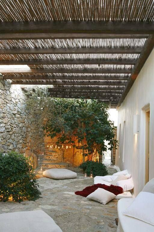 Muro de piedra de protección ( como Cortijo) y se aprovecha para hacer una zona de estar exterior