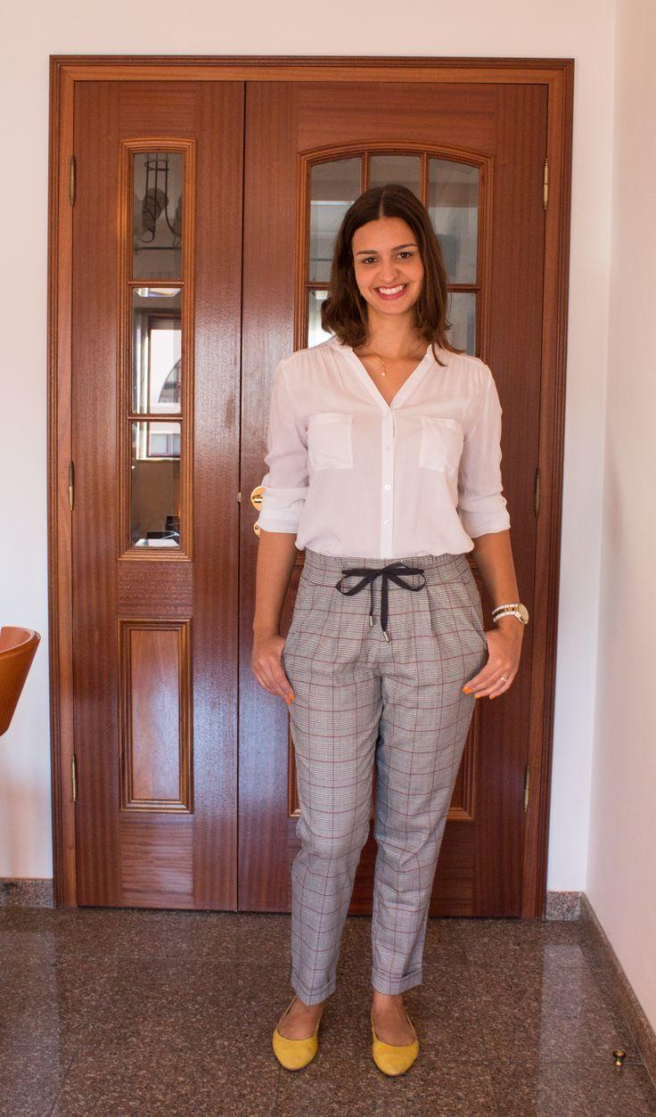 Calça pijama xadrez, camisa branca e sapatilha amarela/ plaid pants, white shirt, yellow shoes
