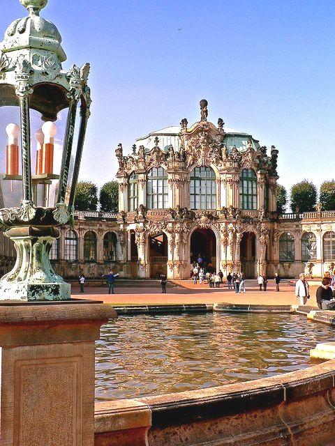 Der Zwinger In Dresden Ist Einer Der Bedeutendsten Barockbauwerke Er Wurde Von Dem Architekten Poppelmann Und Dem Dresden Cool Places To Visit Germany Castles
