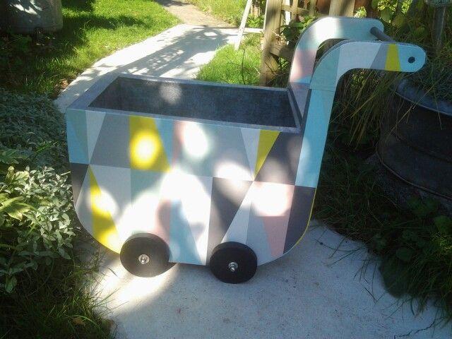 Landeau coffre  jouets fa§on meubles en carton avec roulettes opérationnelles