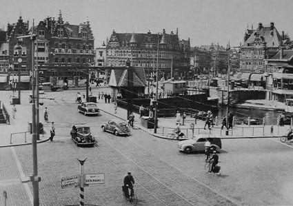 Spangen 1950 De Lage Erfbrug, hier kwam je uit op het oude Delftshaven, de Aelbrechtkolk, Schiedamseweg