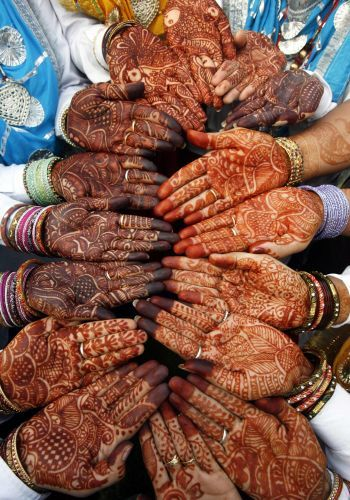 """Dançarinas indianas mostram as mãos decoradas com henna durante o """"Teej"""", festival na cidade de Chandigarh. tirado de: http://noticias.uol.com.br/album/110802_album.jhtm?abrefoto=52#fotoNav=38"""
