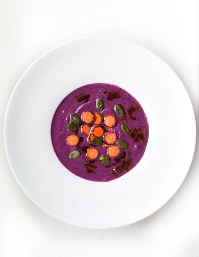 Rezept für cremige suppe aus  schwarzen Möhren in ganz in lila mit Kürbiskernen und Kürbiskernöl