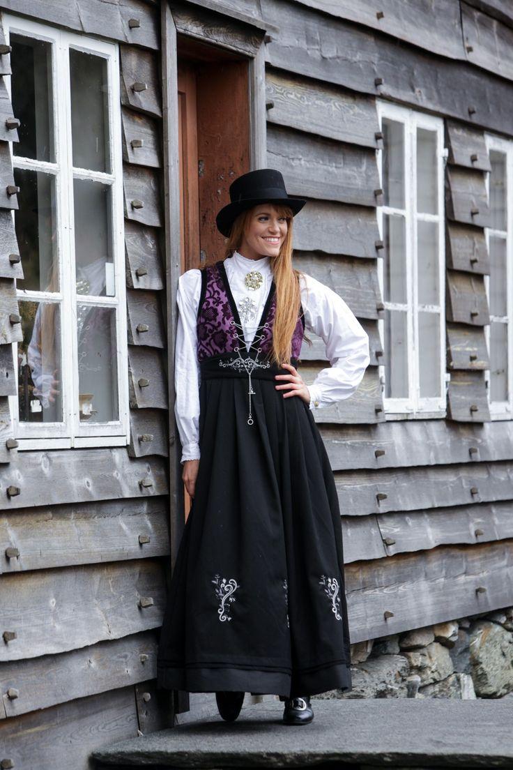 Fana purple festdrakt fra By Valland - Dame | Festdrakter