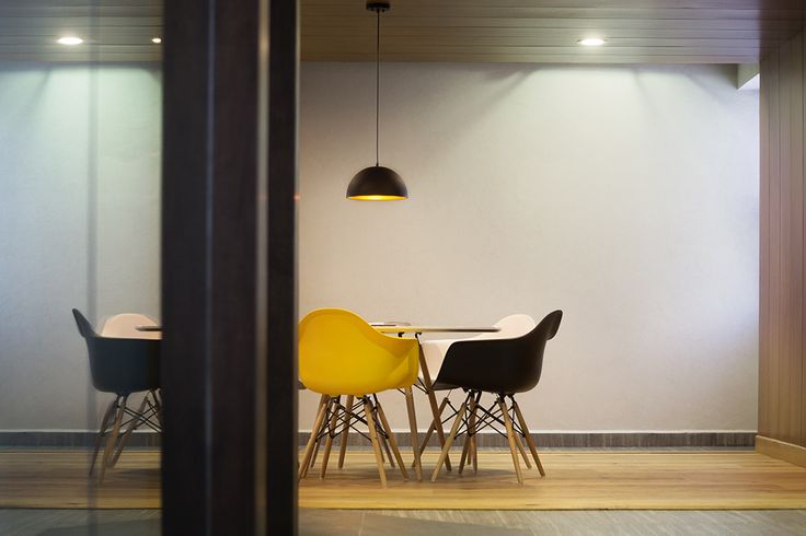 Oficinas ER | Dionne Arquitectos | #office #center #chairs #furniture #lighting #yellow #detail #beam #light