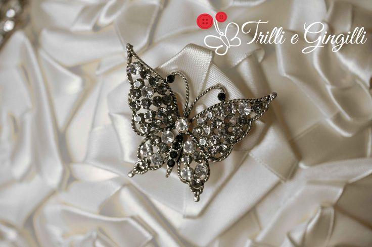 Dettaglio del bouquet con rose in raso bianche con spilla d'epoca a forma di farfalla [info@trilliegingilli.com] Bouquet alternativi, originali, particolari by Trilli e Gingilli