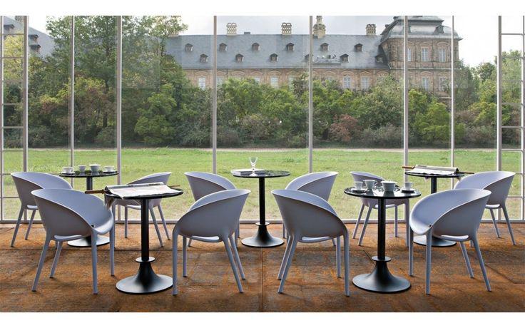 Soft Egg è una sedia nata dal genio di Philippe Starck per Driade nel 2001. Come suggerisce il nome, Soft Egg parte da una forma naturale da sempre sinonimo di perfezione, quella dell'uovo, che viene lavorata fino ad ottenere una seduta comoda ed accogliente. Ma Philippe Starck non si dimentica neppure della parte funzionale: Soft Egg è dotata di due piccoli fori laterali che favoriscono l'impilabilità delle sedie e permettono lo scorrimento dell'acqua piovana. Soft Egg è una sedia che…