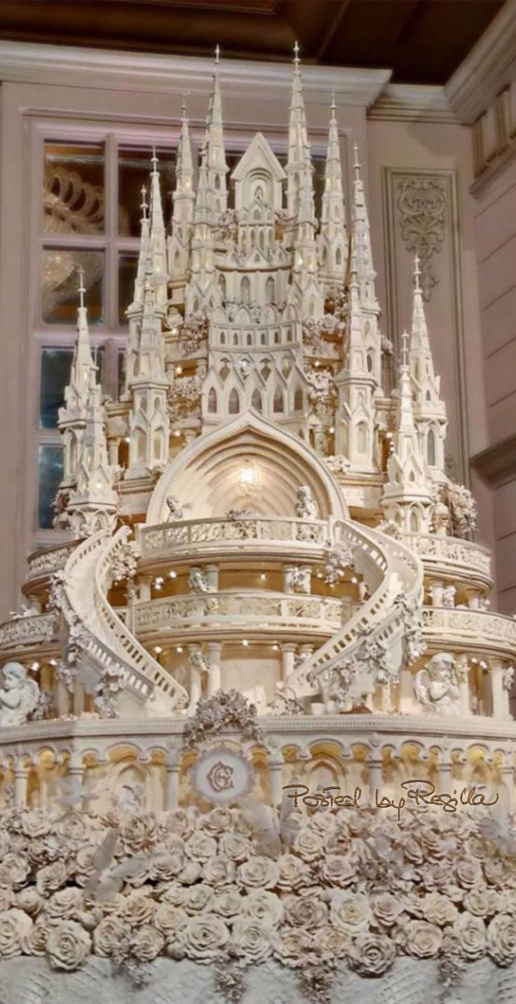 Absolutely phenomenal wedding cake. Not at all certain how you would cut and serve it. Quite something!!