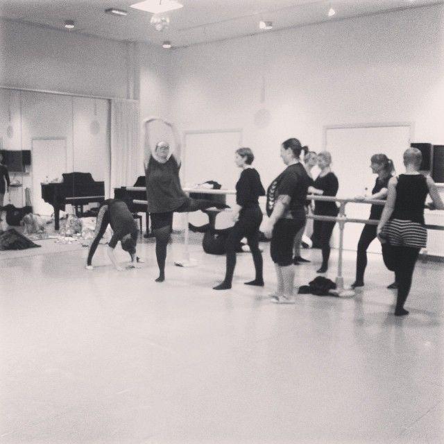 Overbookede hold! #DetKongeligeTeatersBalletskole #Odense  Ballet for almindelige mennesker - hver mandag kl 18.00 i low key træningstøj og helt uden tåspidssko. http://www.thisisodense.dk/da/17306/morballet #thisisodense #mitaftryk #balletskole #mitodense #thisisodense