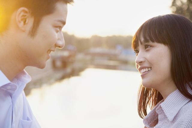 Lenguaje corporal: cómo saber si alguien siente atracción por ti