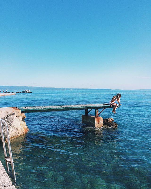 As praias da Croacia são o paraíso na Terra, todos deveriam conhecer! Esta é Bacvice, a praia mais conhecida de Split e que fica a 10 minutos de caminhada do porto da cidade || @aricretella - sea - summer - girl - screensave free - wallpaper free - sea - mermaid - blue - sunny - blue - hit the road girls - Ariadne Cretella - paradise - viagem - dicas de viagem - viajar - paraiso - mar - verao - blog de viagem