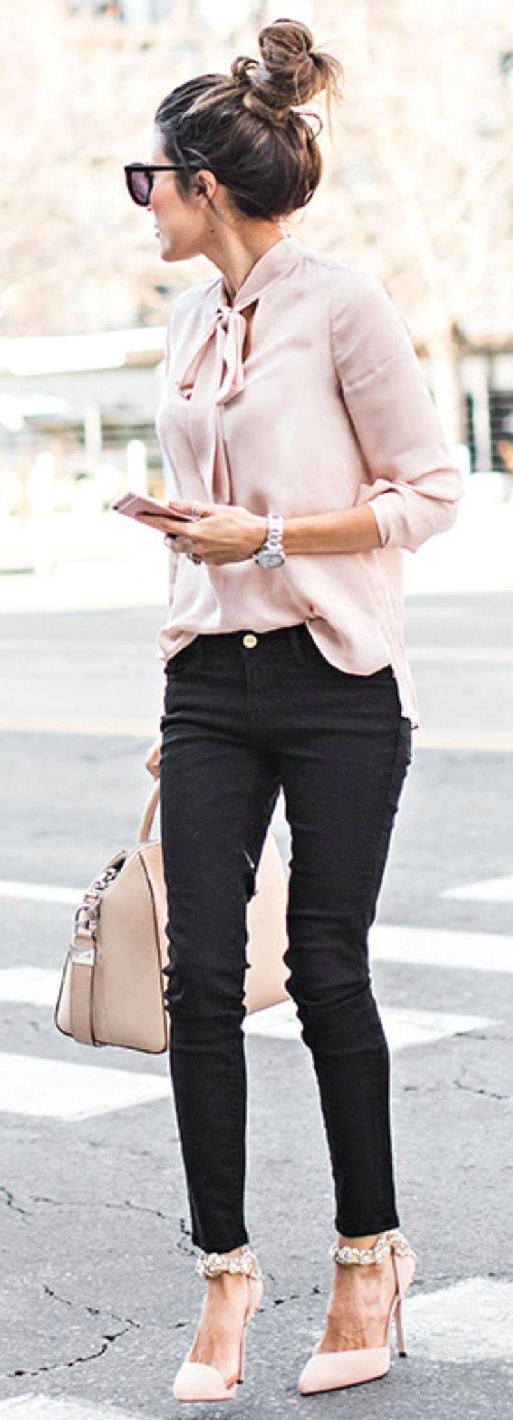 j'aime la combinaison rose pale et noir : la blouse est superbe selon moi, je n'ai rien de ce genre