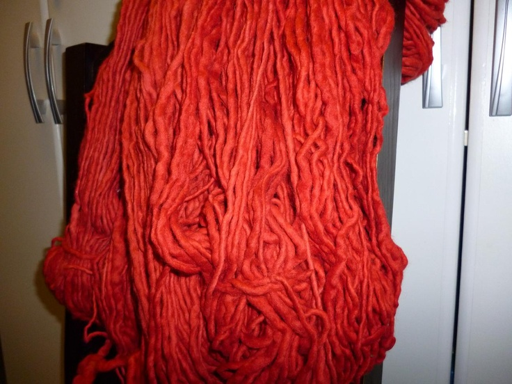 lana virgen hilada a mano, teñida con productos naturales