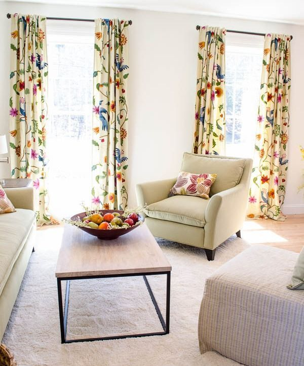 Отличным вариантом для гостиной комнаты, стены которой выполнены в однотонном варианте, станут шторы с принтом