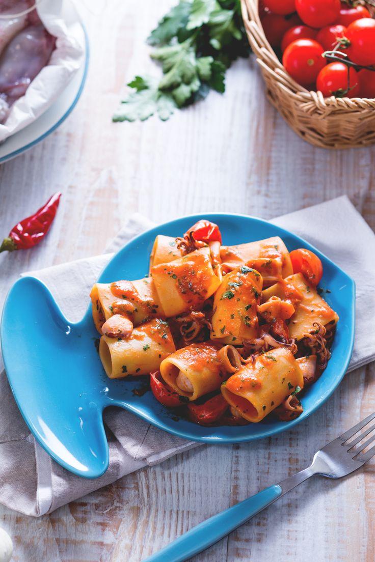 Paccheri al sugo di calamari: sapori mediterranei per un primo piatto di pesce dal gusto stuzzicante. [Paccheri with squid sauce]