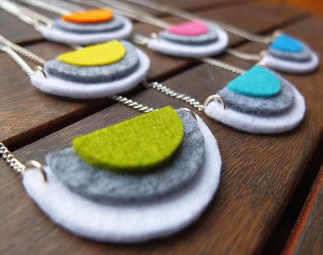 Handmade necklace with semicircular felt pieces in refreshing neon colours. Each circle has been carefully cut by hand in three sizes and colors, white, gray and neon colors. The result is an...