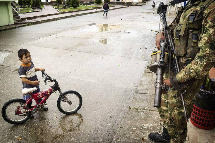 """""""Entre terror y juegos""""  Ph: Carlos Bernate @tejiendo_memoria14 / Tejiendo Memoria  Si la minería llega al territorio perderemos la paz que recuperamos en los últimos años, la guerra que vivimos nos golpeará con más fuerza. Testimonio de una habitante del Peñon, Santander.  #TejiendoMemoria #HistoriasDeMiAldea #Peñon #Santander #Guerra #Colombia #Conflicto #mineria #MK-1 #Infancia #everydaylatinamerica #everydayeverywhere #everydaymacondo"""