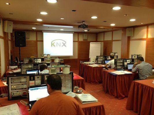 Απορίες, θολά σημεία, λεπτομέρειες που δεν εξηγήθηκαν ποτέ, εμβάθυνση σε μία απαιτητική θεματολογία καθώς και δυνατότητες του ΚΝΧ στο System Integration ήταν ένα μέρος της ακούραστης ανάλυσης που πραγματοποίησαν όλοι οι συμμετέχοντες με τον εκπαιδευτή κατά το 4ο Πιστοποιημένο KNX Advanced Course που έγινε στην Ελλάδα στην πόλη της Αθήνας δημιουργώντας τρίτες εναλλακτικές απόψεις και εμπειρίες πάνω σε μια πληθώρα θεμάτων που αφορούν την τεχνολογία ΚΝΧ και όχι μόνο.