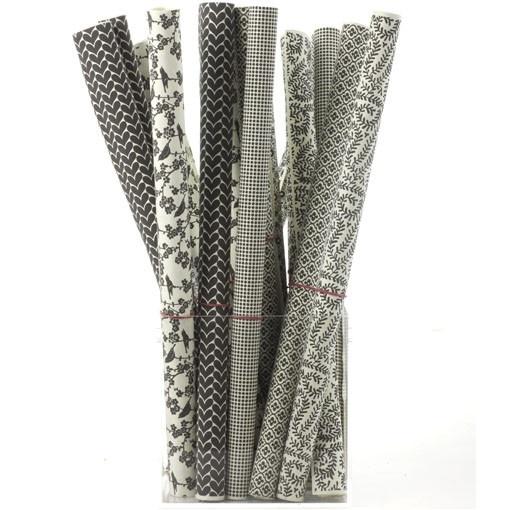 Deens design. Luxe, handgemaakt, stevig kadopapier met verschillende donker grijze prints. Afmeting per rol 50x70 cm. De volgorde van de prints in het keuzemenu hieronder komen overeen met de volgorde van de foto´s.
