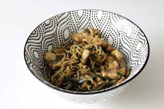 noedles, wok noodles, wok noedels, spinazie, uit de moestuin, spinazie uit de moestuin, verse spinazie, pesto, vegan pesto, champignons, gebakken uitjes, recept, recepten, vegan recept, vegan recepten, vegan, vegan recipe, recipe, vegan recipes, recipes, dani and mom, daniandmom