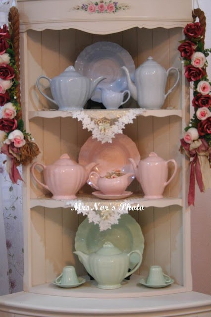 Sweet Meakin collection. I really want one of the teapots!
