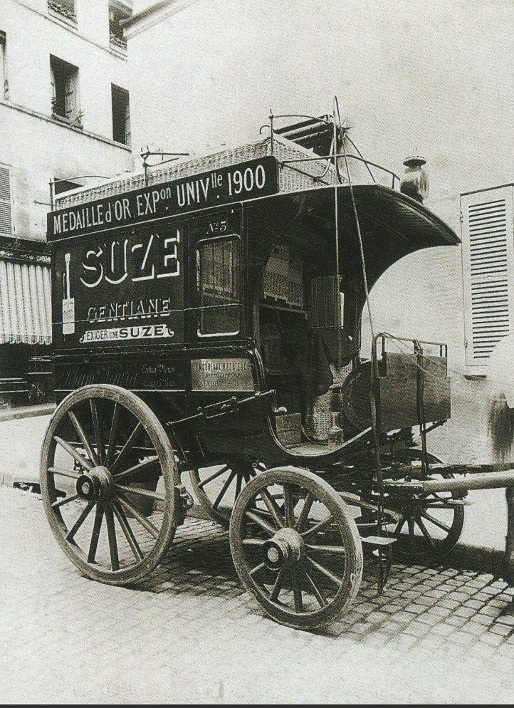 La Voiture dans le Paris d'antan par Eugène Atget - Une voiture de distillateur, en 1910. Suze