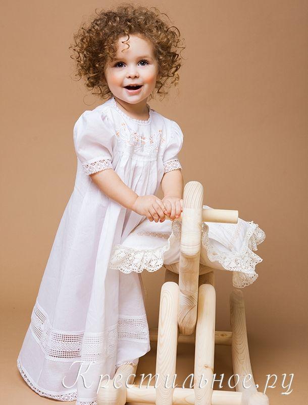 Пышное красивое платье для Крещения девочки.  Длинное платье из нежного хлопка с богатой отделкой плетеным кружевом и православной вышивкой на кокетке. Платье надевается через голову, сзади завязывается на кружевные завязки.