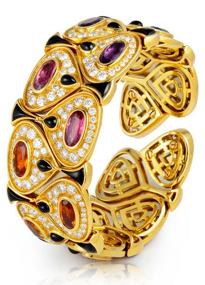 The Marina B Kashan bangle made of 18k gold combined with oval-shaped precious and semi-precious gems.