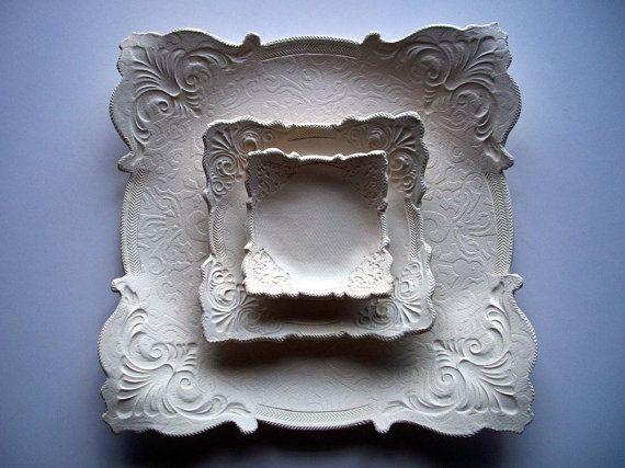 Deze set van platen zal kijken prachtig op die bruiloft drank en noten, pepermuntjes tabel. De grote plaat zou ook een 10 inch diameter ingericht taart bekleden. De binnenkant cirkel is 11 inch. De kleinste is een 4 in m² en de middelste grootte is 6 in sq. Het is in koloniale gebroken winter wit geglazuurd. Ze zijn veilig voedsel, vaatwasmachinebestendig en oven veilig.