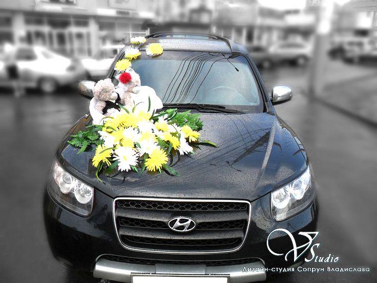 Украшения для свадебного автомобиля:корзинка для медвежат, каскад и розетты на лобовое стекло из белых и желтых хризантем.Авторская работа.#свадьбы #машина #украшения #медвежата #белый #желтый #хризантемы #soprunstudio