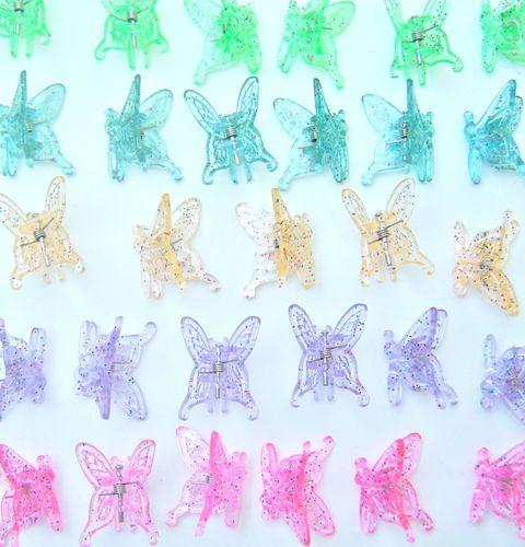 La clip fermacapelli in plastica colorata a forma di farfalla. Negli anni 90 si trovavano vari modelli di questo gadget che veniva indossato dalle ragazze fino al liceo compreso. #miricordoi90 #scatoladeiricordi #unnuovoinizio