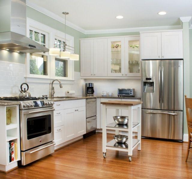 meuble de cuisine blanche sur roulette et frigo américain